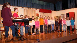 Kinderchor GV Fremersberg mit Chorleiterin Sofia Scalisi
