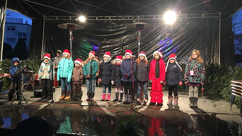 Kinderchor beim Sinzheimer Weihnachtsmarkt